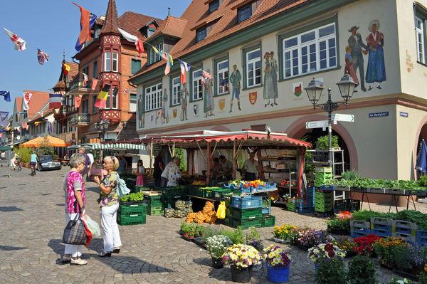 Wochenmarkt vor dem Rathaus und in der Hauptstrasse
