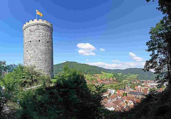 Hoch über der Stadt tront die alte Burg Husen