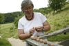 Rita Goller mit Weinbergschnecken