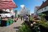 Hechingen_Marktplatz mit Brunnen und Rathaus