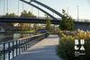 Lädt zum Flanieren ein: Steg am Neckarufer
