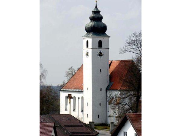 Blick auf die Frauenbergkirche in Hengersberg im Bayerischen Wald