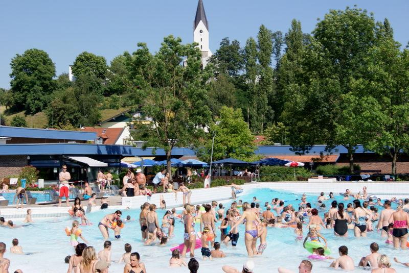 Badevergnügen im Wellen-Freibad in Hengersberg