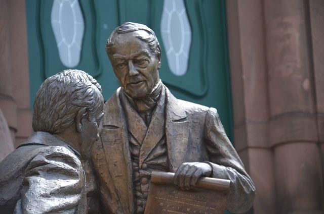 Bronzestatuen der Gründer vor dem Sparkassenmuseum