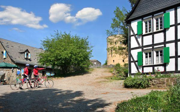 Radfahrer vor der Kulisse der Ruine Ginsburg