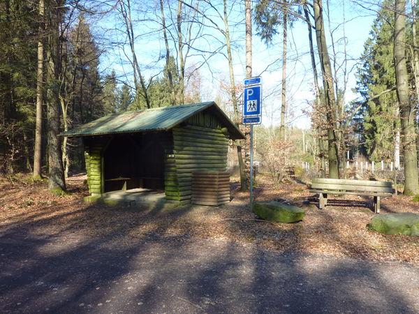 Die Schutzhütte lädt zur kurzen Pause ein.