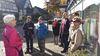 Rosel Six mit Teilnehmern einer Führung in der Dammstraße