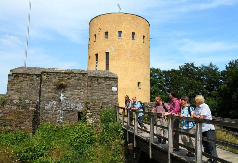 Wandergruppe auf der Brücke vor der Ruine Ginsburg