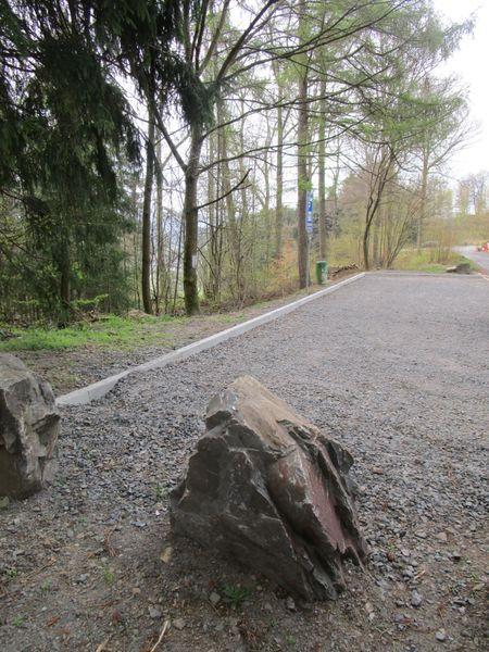 Am Ortsrand findet sich der Wanderparkplatz.