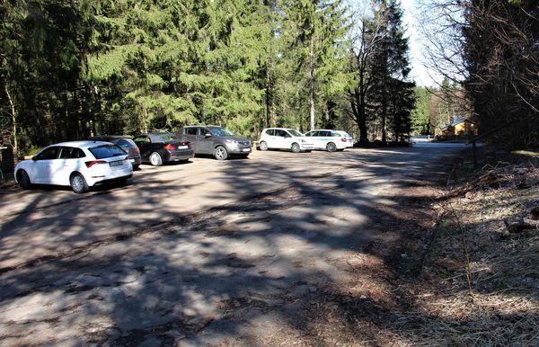 Ausreichend Parkfläche steht an der Oberndorfer Höhe bereit.