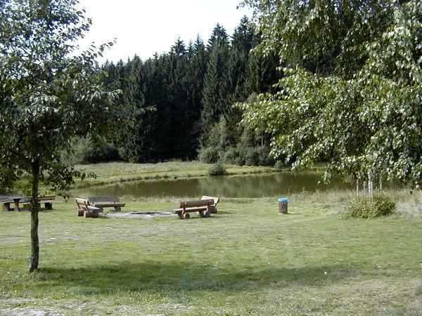 Bänke zum Entspannen beim Landschaftsweiher in Hinterschmiding