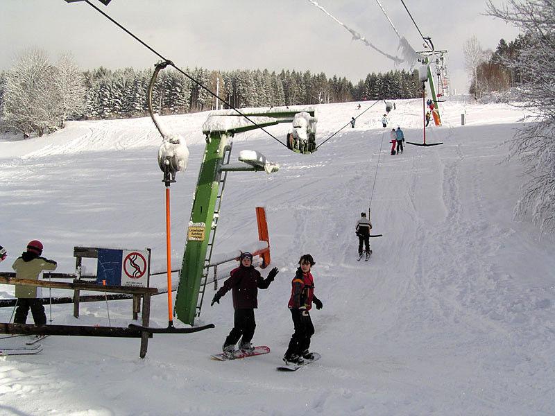 Skifahrer und Snowboarder am Mühlberglift in Herzogsreut bei Hinterschmiding