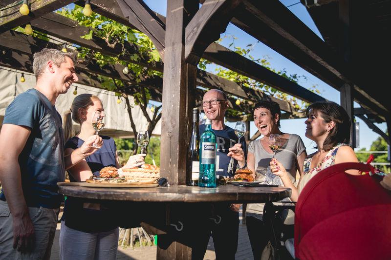 Gruppe am Weinprobierstand