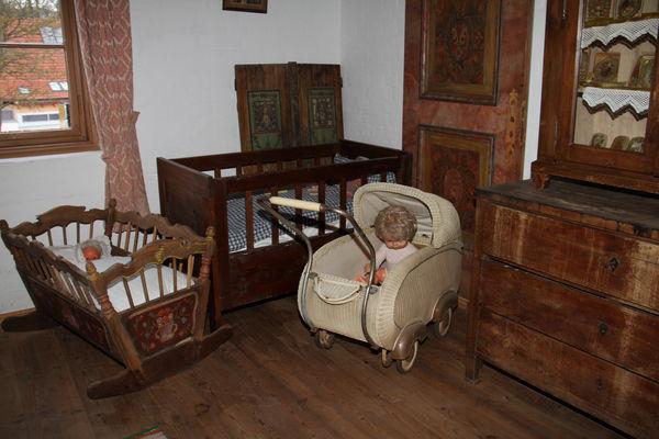 Wiege, Kinderbett und Puppenwagen im Heimatmuseum Hörgertshausen