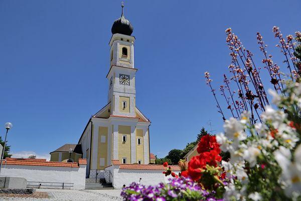 Kirchturm der Pfarrkirche St. Jakobus der Ältere in Högertshausen