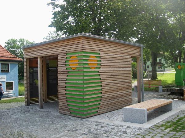 Ansicht von vorne auf den Eulenpavillon oder auch Eulenhaus in Hohenau