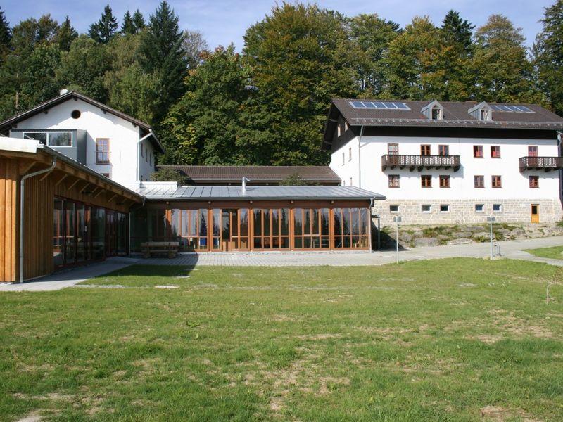 Blick auf das Jugendwaldheim Wessely Haus bei Hohenau im Nationalpark Bayerischer Wald