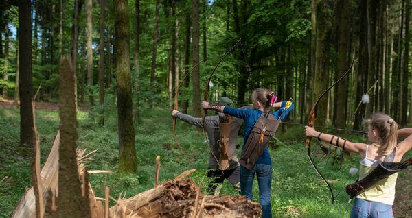 Gruppe beim Bogenschießen im Bogenpark Hohenkammer