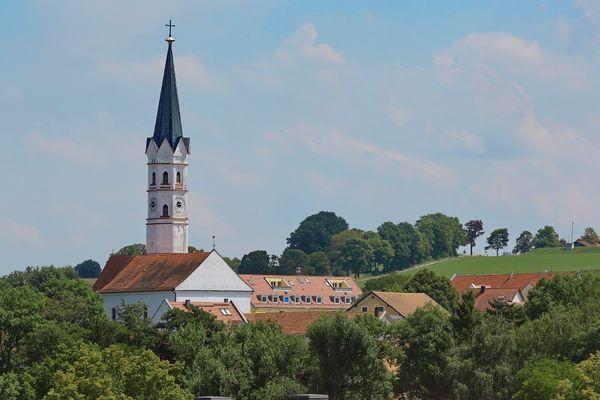 Außenansicht der Pfarrkirche St. Johannes Evangelist in Hohenkammer