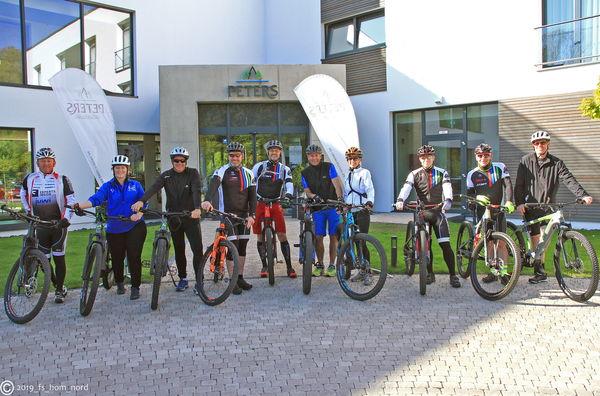 Radfahrergruppe vor dem PETERS Hotel & Spa