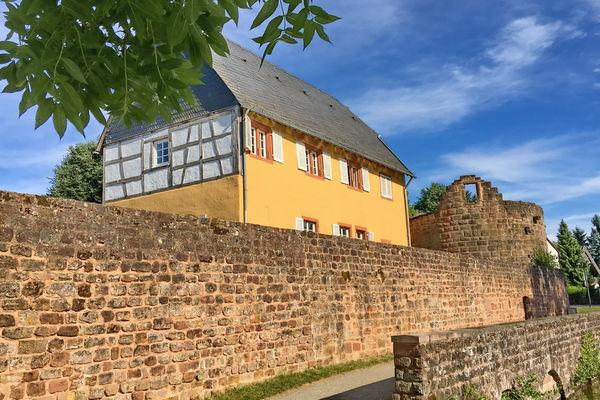 Blick auf die Gustavsburg am Schlossweiher in Homburg-Jägersburg mit Burgmauer