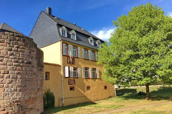 Blick auf das Hauptgebäude der Gustavsburg am Schlossweiher in Homburg-Jägersburg