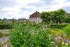 Blick vom Kräutergarten auf das Edelhaus