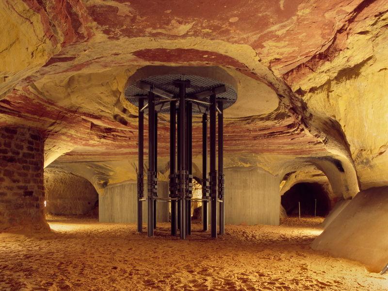 Höhlenhalle mit moderner Abstützung