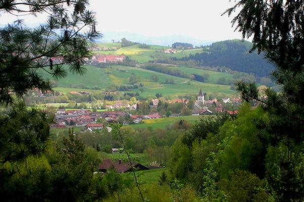 Umgeben von drei Seiten mit tiefen Misch- und Nadelwäldern ist Hunderdorf ein Eldorado für Wanderer und Radfahrer.