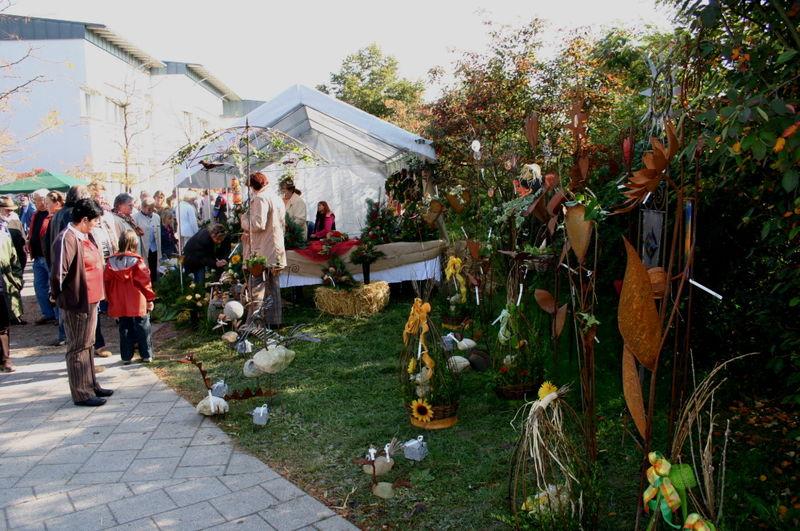 Verkaufsstände mit Geschenkartikeln locken viele Besucher zum Kirchweihfest in Hunderdorf