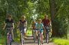 Familie auf einer gemeinsamen Radtour durch die Südermarsch
