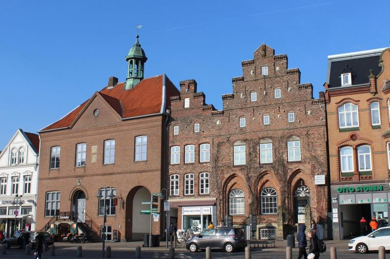 Häuserzeile am Markt mit Stadthaus der Augusta (das schmale Gebäude neben dem Alten Rathaus)