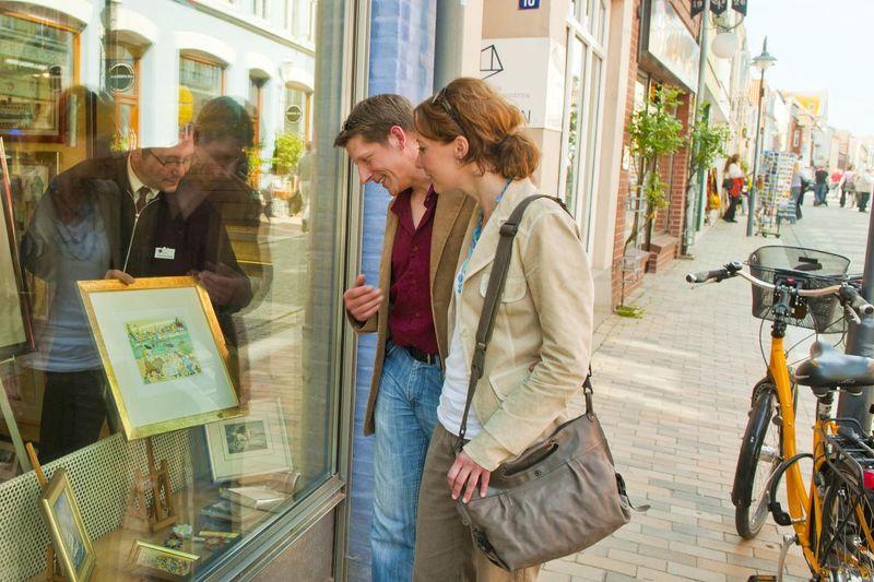 Blick ins Schaufenster der Galerie