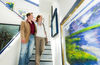 Kunden betrachten Bild in der Galerie Tobien