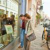 Gäste vor dem Schaufenster in der Galerie Tobien