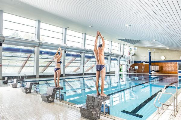 Schwimmer auf Startblöcken im Husum Bad