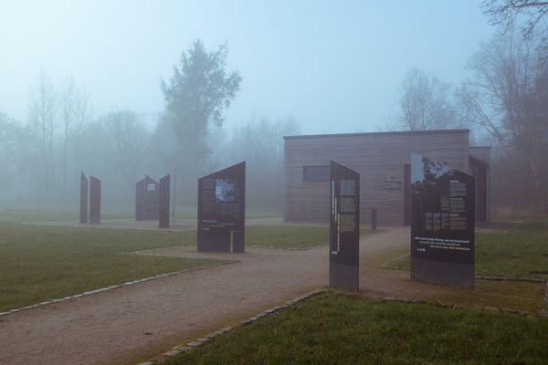 Blick auf das Haus der Gegenwart an der Gedenkstätte Husum-Schwesing
