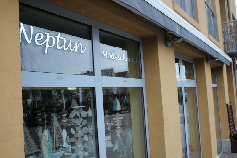 Außenansicht des Geschäfts Neptun am Husumer Hafen
