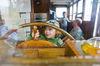 Kind am Steuerrad im Schifffahrtsmuseum