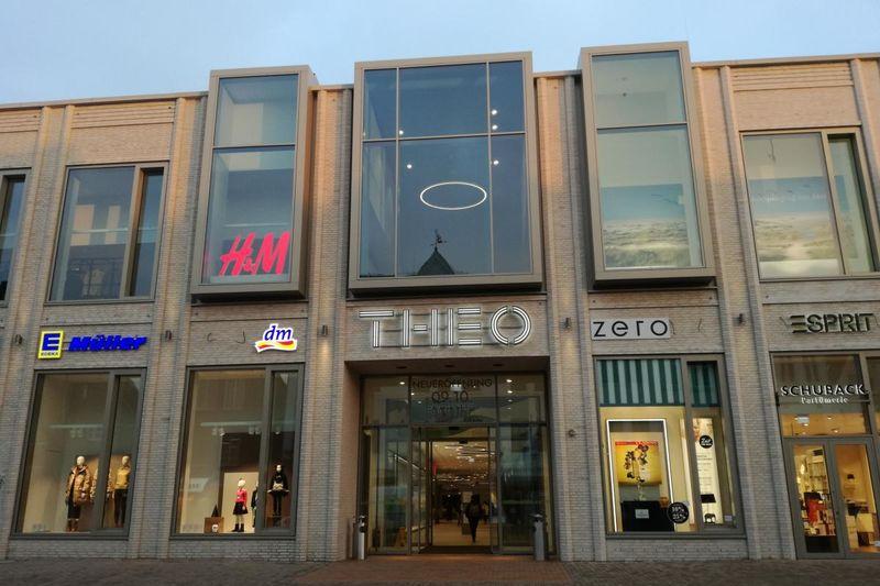Eingang zum THEO Shopping Center