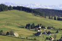 Blick auf Unteribach mit Alpenpanorama