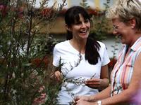 Kräuterfachfrau Marlene Müller (rechts) berät gerne ihre Gäste.