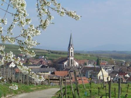 Blick auf Kirche im Frühling