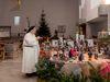 Schwester Madlen in der Klosterkirche betrachtet die Weihnachtskrippe