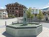 Rathaus von Ilanz im Vordergrund sehen wir den Brunnen von Ilanz