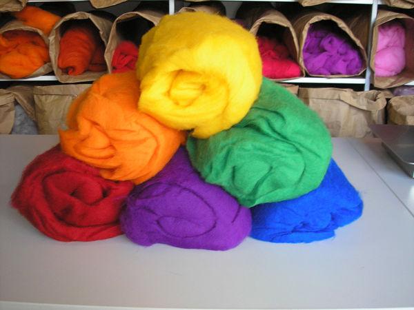 Kardwolle in verschiedenen Farben
