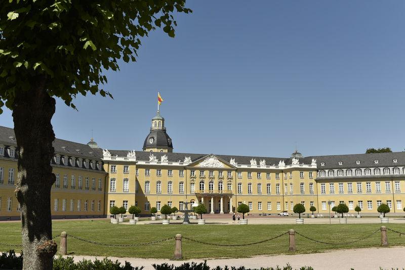 Badisches Landesmuseum mit Baum