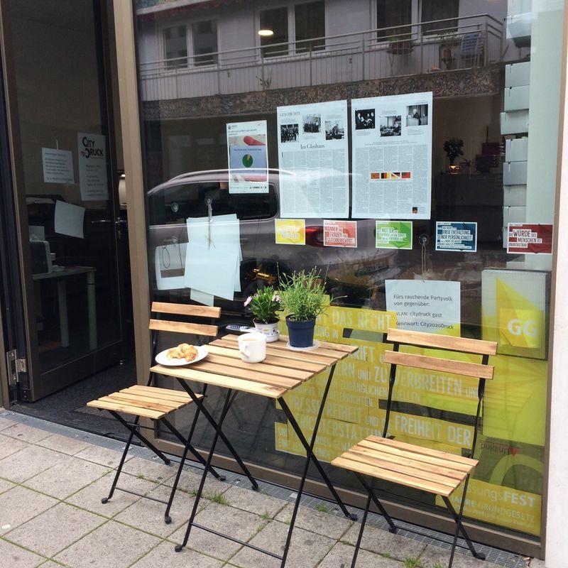 Hier lässt es sich prima verweilen: Eingang zum Ladenlokal in der Hirschstraße.