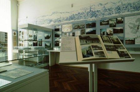 Karpatendeusches Museum Karlsruhe-Durlach, Ausstellung mit Vitrinen