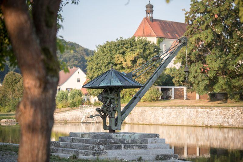 Alter Hafen mit Kran in Kelheim